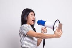 Gniewny m?ody Azjatycki kobieta krzyk z megafonem telefon kom?rkowy zdjęcia royalty free