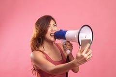 Gniewny m?ody Azjatycki kobieta krzyk z megafonem telefon kom?rkowy zdjęcie royalty free