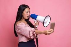 Gniewny m?ody Azjatycki kobieta krzyk z megafonem telefon kom?rkowy obraz royalty free