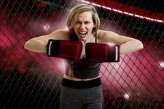 Gniewny młody blondynki kobiety mma wojownik Zdjęcie Stock