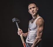 Gniewny mięśniowy mężczyzna z młotem zdjęcie royalty free