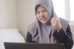Gniewny Muzu?ma?ski bizneswoman Pracuje na laptopie, Z?y Ekonomiczny poj?cie obrazy stock