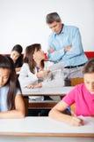 Gniewny nauczyciel Patrzeje ucznia zdjęcie stock