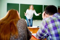 Gniewny nauczyciela wrzeszczeć obrazy stock
