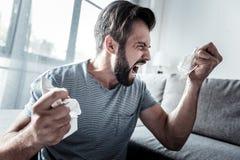 Gniewny nieszczęśliwy mężczyzna wyraża jego emocje zdjęcie stock