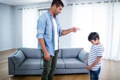Gniewny ojciec łaja jego syna zdjęcie stock