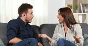 Gniewny pary argumentowania obsiadanie na leżance w domu zbiory