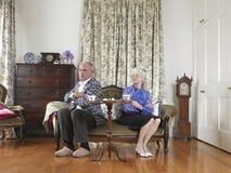 Gniewny pary obsiadanie Na kanapie obrazy stock