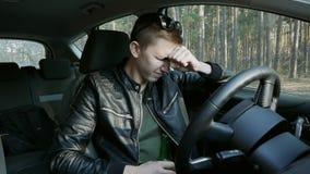 Gniewny pijący kierowca pije alkohol podczas gdy jadący zbiory wideo