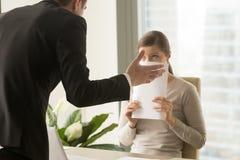 Gniewny podrażniony szef napomina pracownika, słowny ostrzeżenie wokoło obrazy royalty free
