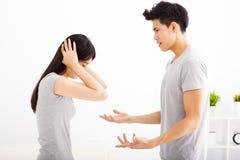 Gniewny potomstwo pary argumentowanie zdjęcie stock