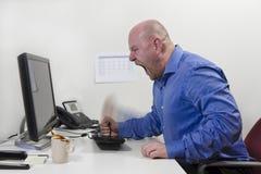 Gniewny pracownik uderza jego klawiaturę Obraz Stock