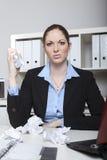 Gniewny pracownika miażdżenia papier Zdjęcie Royalty Free