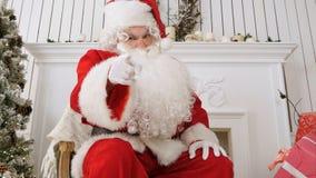 Gniewny Santa klęcie, grożenie z pięścią i zdjęcia stock