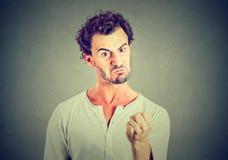 Gniewny sfrustowany śmieszny przyglądający mężczyzna fotografia stock