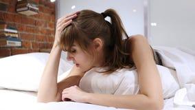 Gniewny Sfrustowany kobiety argumentowanie podczas gdy Kłamający w łóżku fotografia royalty free