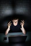 Gniewny smutny biznesmena workaholic pracuje póżno w domu zdjęcie stock