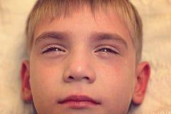Gniewny, smutny i nieszczęśliwy dziecka dziecko, krzyczeć i płakać problem fotografia royalty free