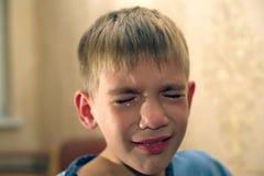 Gniewny, smutny i nieszczęśliwy dziecka dziecko, krzyczeć i płakać problem obraz royalty free