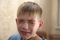 Gniewny, smutny i nieszczęśliwy dziecka dziecko, krzyczeć i płakać problemowy dziecko z głową w rękach pojęcie dla znęcać się, de fotografia stock