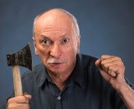 Gniewny starsza osoba mężczyzna z ax Zdjęcia Royalty Free