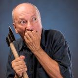 Gniewny starsza osoba mężczyzna z ax Obrazy Stock