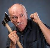 Gniewny starsza osoba mężczyzna z ax Fotografia Royalty Free