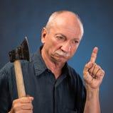 Gniewny starsza osoba mężczyzna z ax Obraz Royalty Free