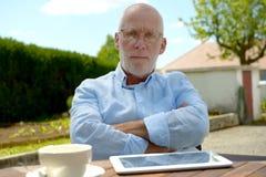 Gniewny starszy mężczyzna plenerowy Obraz Royalty Free