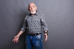 Gniewny starszy mężczyzna pozuje, kopii przestrzeń Obrazy Royalty Free