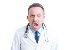 Gniewny student medycyny lub lekarka wrzeszczy przy kamerą fotografia stock