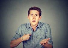 Gniewny, szalenie mężczyzna wskazuje przy on pyta ci sposób, ja? Fotografia Royalty Free
