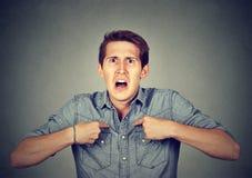 Gniewny, szalenie mężczyzna wskazuje przy on pyta ci sposób, ja? Zdjęcia Stock