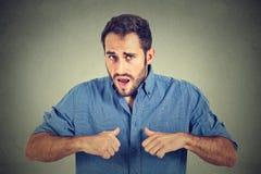 Gniewny, szalenie, nieszczęśliwy facet wskazuje przy on, tak jakby mówić znaczysz ja, ty? Zdjęcia Royalty Free