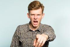 Gniewny szalenie przecinający mężczyzna rozkazu instrukci punktu palec fotografia stock