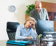 Gniewny szef i sekretarka w biurze obraz stock