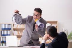 Gniewny szef krzyczy przy jego pracownikiem fotografia stock