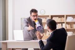 Gniewny szef krzyczy przy jego pracownikiem obraz stock