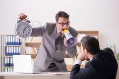 Gniewny szef krzyczy przy jego pracownikiem zdjęcie royalty free