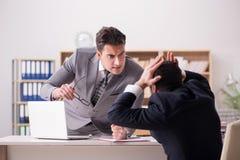 Gniewny szef krzyczy przy jego pracownikiem zdjęcia stock
