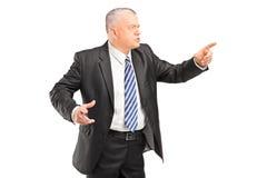 Gniewny szef ma argumentowanie i wskazuje z palcem fotografia royalty free