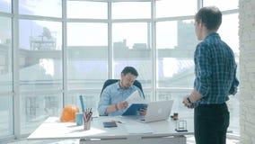 Gniewny szef neguje pracę robić urzędnikiem, upakarza on zbiory