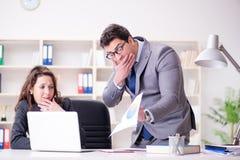 Gniewny szef nieszczęśliwy z żeńskim pracownika występem obrazy royalty free