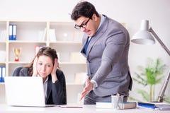 Gniewny szef nieszczęśliwy z żeńskim pracownika występem fotografia stock