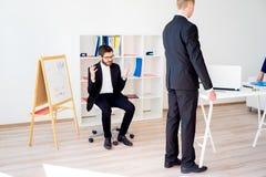 Gniewny szef przy biurem obrazy royalty free