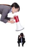 Gniewny szef wrzeszczy Obsdzać personelem z megafonem zdjęcia royalty free