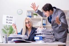 Gniewny szef wrzeszczy przy jego pomocniczą sekretarką fotografia stock