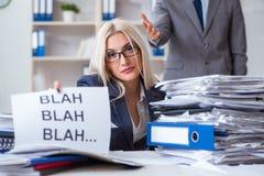 Gniewny szef wrzeszczy przy jego pomocniczą sekretarką obraz stock
