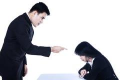 Gniewny szef wskazuje przy pracownikiem obraz stock