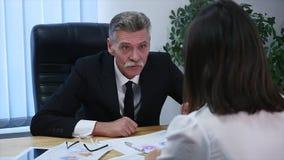 Gniewny szef z żeńskimi pracownikami w biurze swobodny ruch zbiory wideo